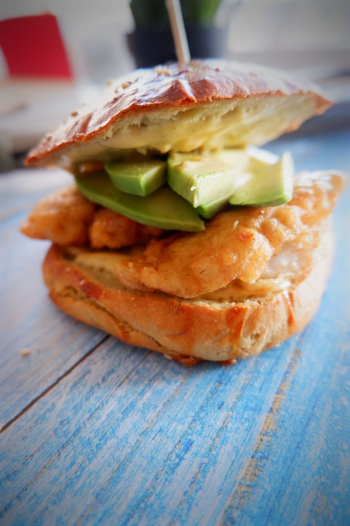 Knuspriger Garnelen Burger Im Avocadobun mit Mango