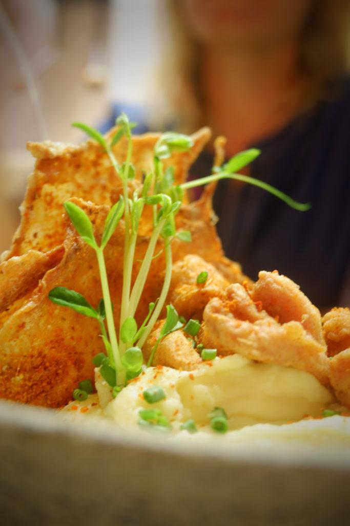 Gebackene Hähnchenhaut, Kartoffelpü, Sößchen
